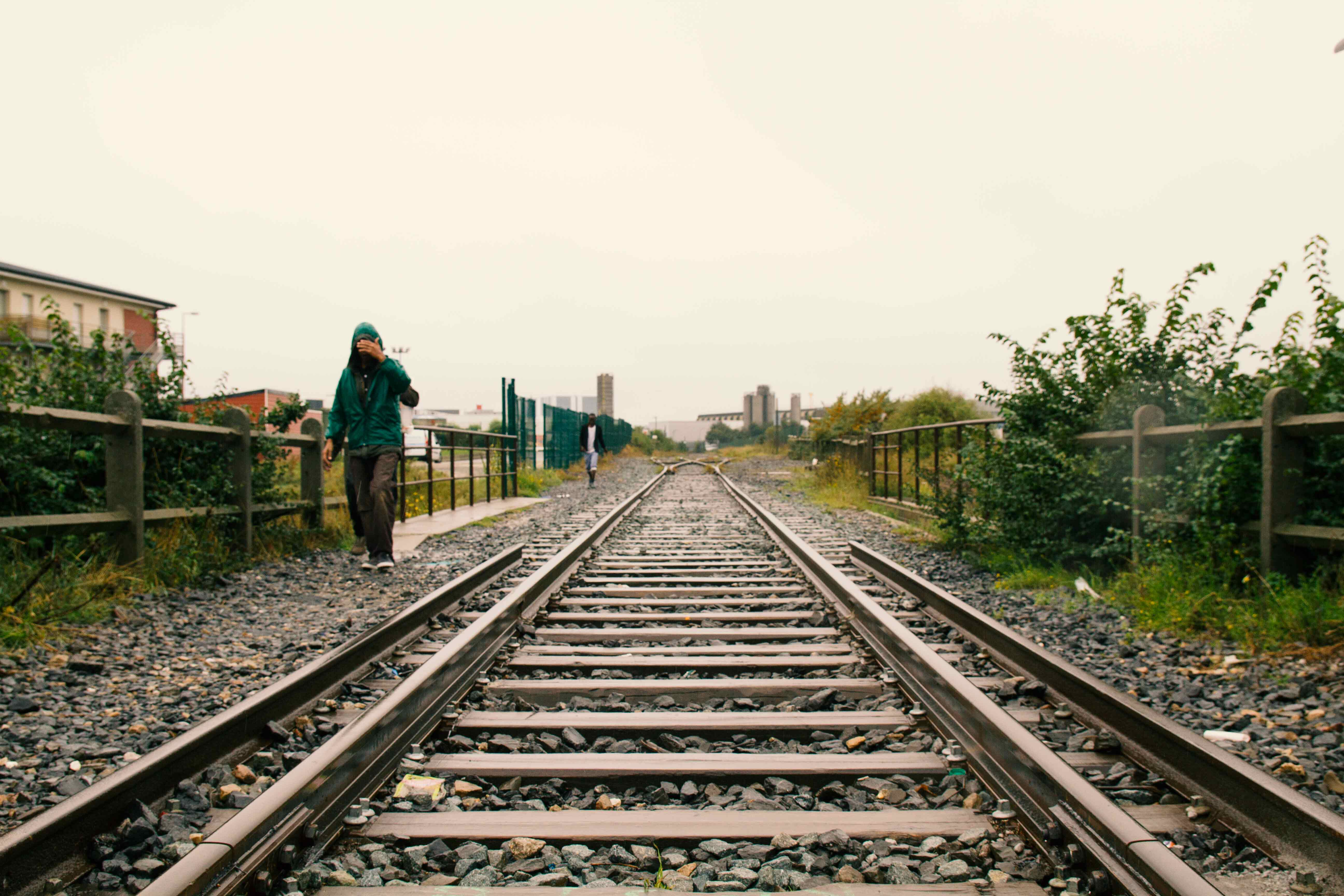Refugees walk along the railway tracks that lead to the camp. Photo by Ricardo Miguel Vieira.