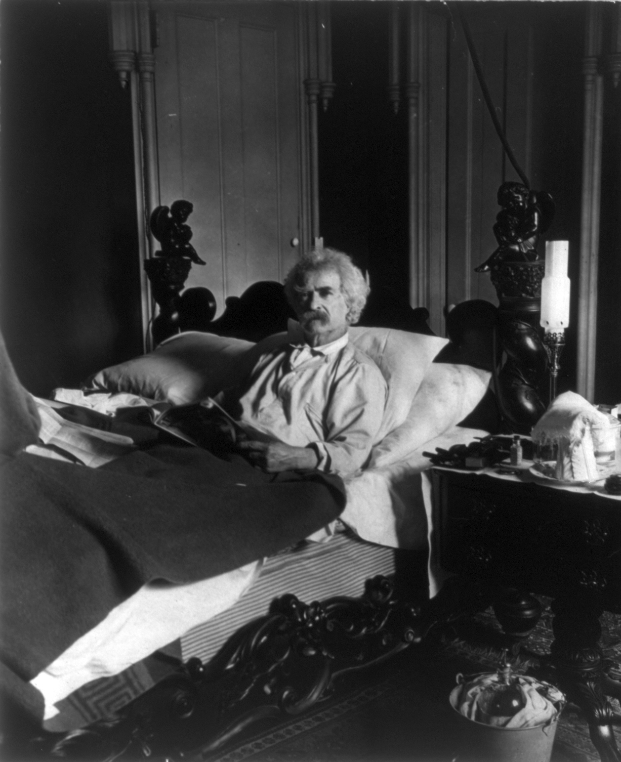 Mark_Twain_in_bed_cph.3b11796