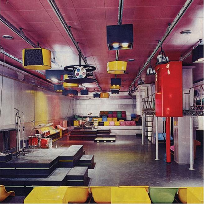 The stage and audio-visual system inside La Fine del Mondo, designed by Pietro Derossi, Giorgio Ceretti and Riccardo Rosso, Turin, 1966. © Pietro Derossi