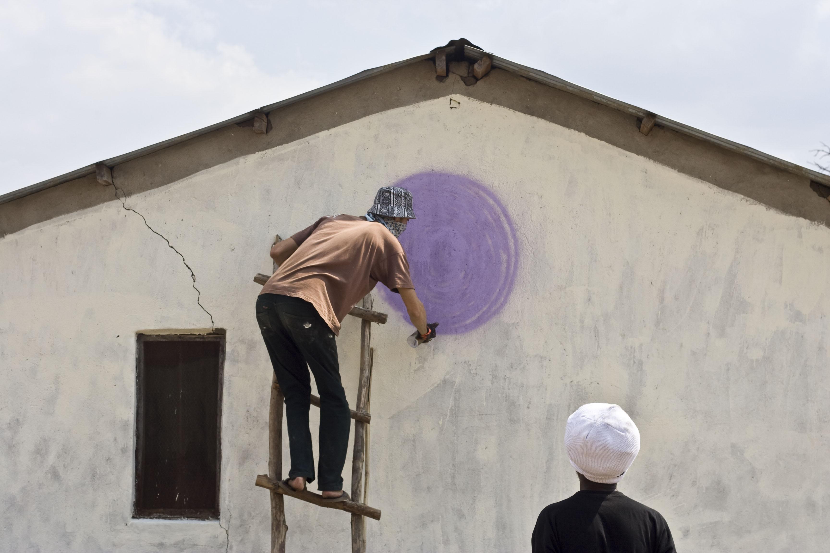 04 mook lion paints the moon_chipoka village_malawi © Robyn Perros