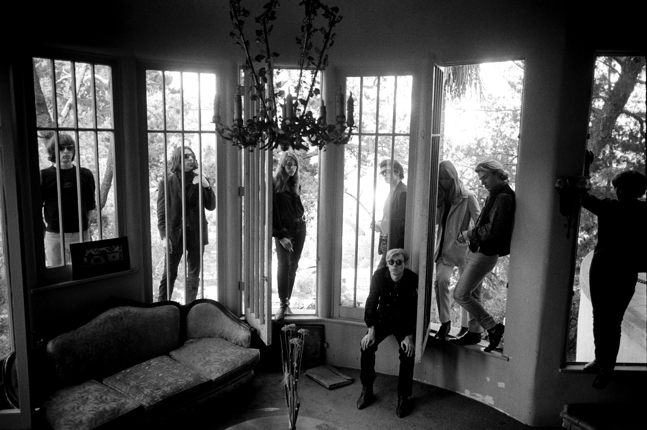 Warhol and the Velvet Underground through window. Los Angeles © Steve Schapiro