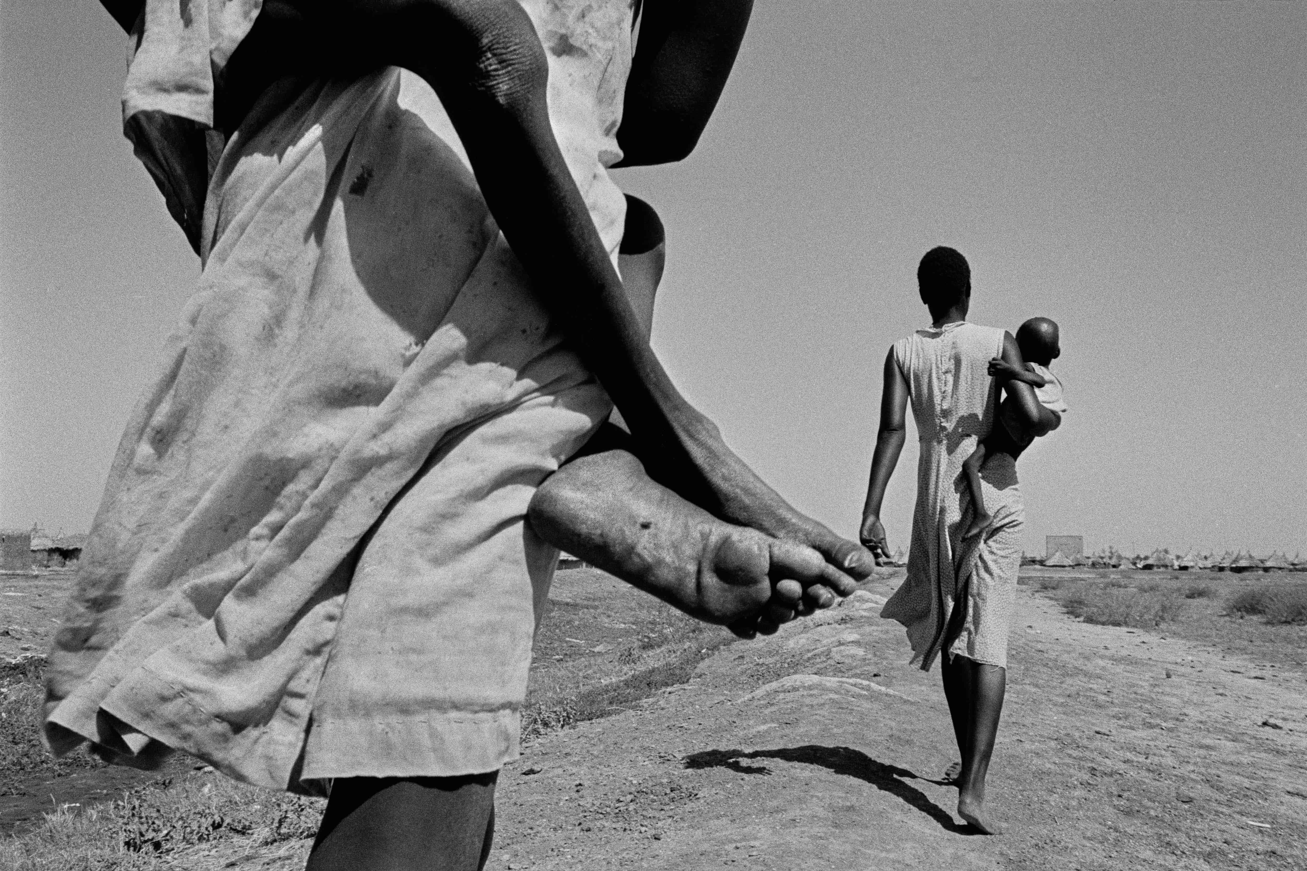 South Sudanese displaced. Most of the malnourished children are too weak to walk the 300m to the feeding centre and have to be carried there. Kosti. Sudan. 1988. © John Vink/Magnum Photos