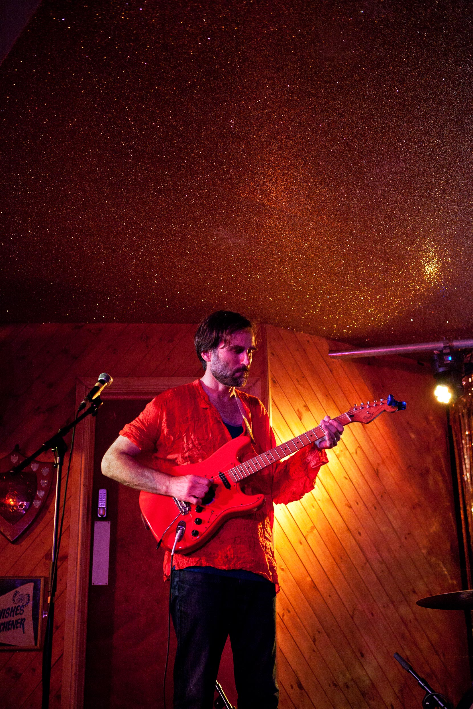 Neil Michael Hagerty performing with the Howling Hex at London's Moth Club, 2016. Photo by Declan Slattery.