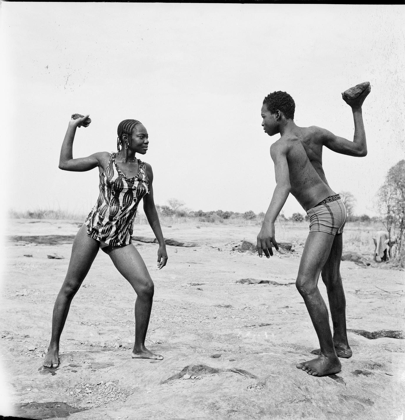 Combat des amis avec pierres, 1976