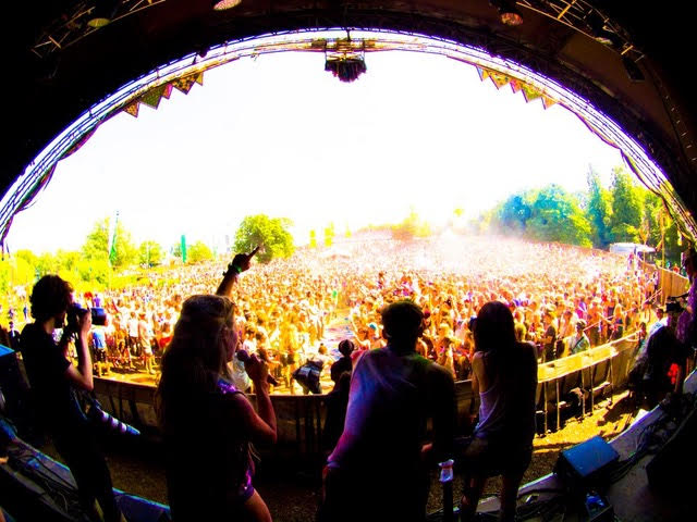 The very first paint fight at Secret Garden Party. // Photo via Philip Volkers