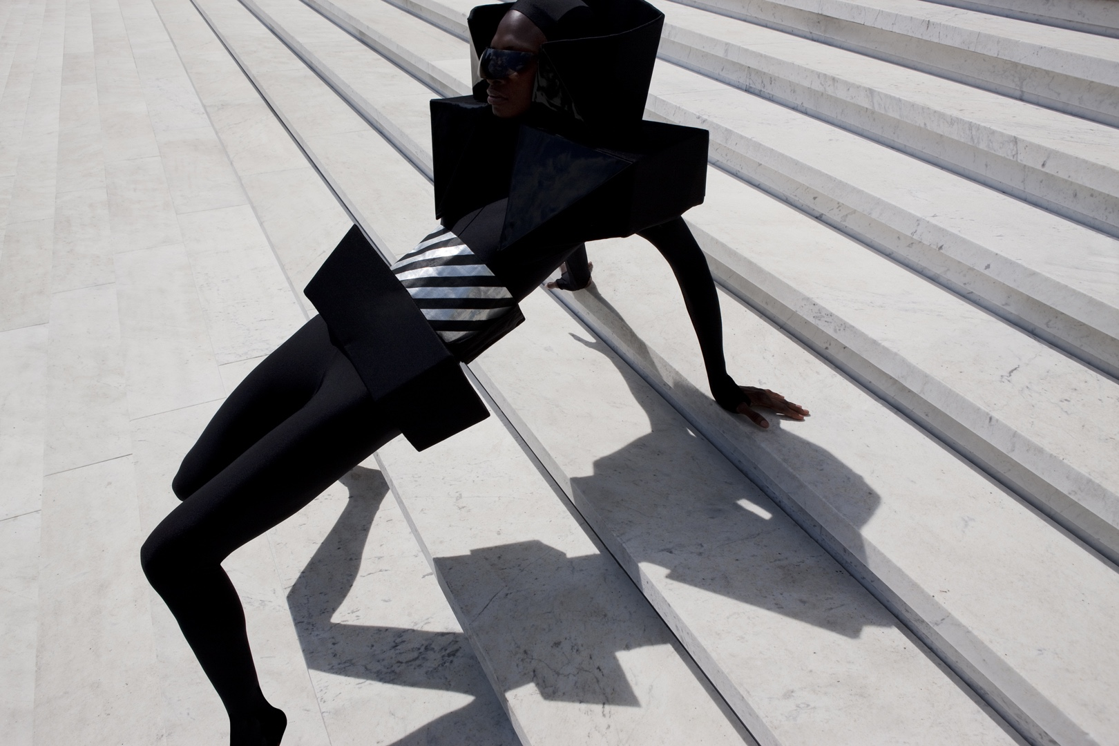 De La Mar , 2010 © Viviane Sassen. In And Out Of Fashion.