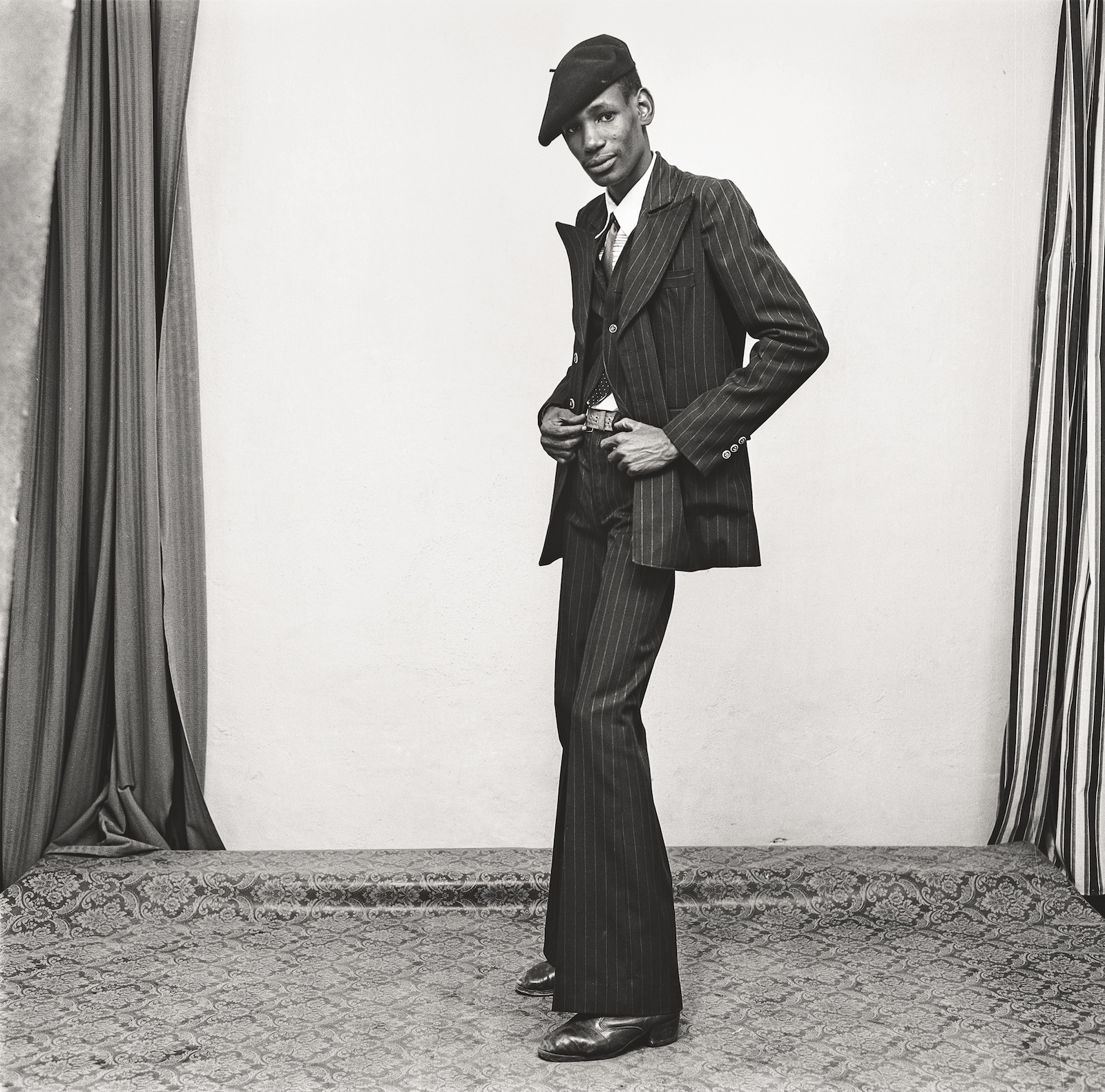 Un gentleman en position, 1980. Collection Fondation Cartier pour l'art contemporain, Paris © Malick Sidibé Extract from Mali Twist (Éditions Xavier Barral, Fondation Cartier pour l'art contemporain, 2017)