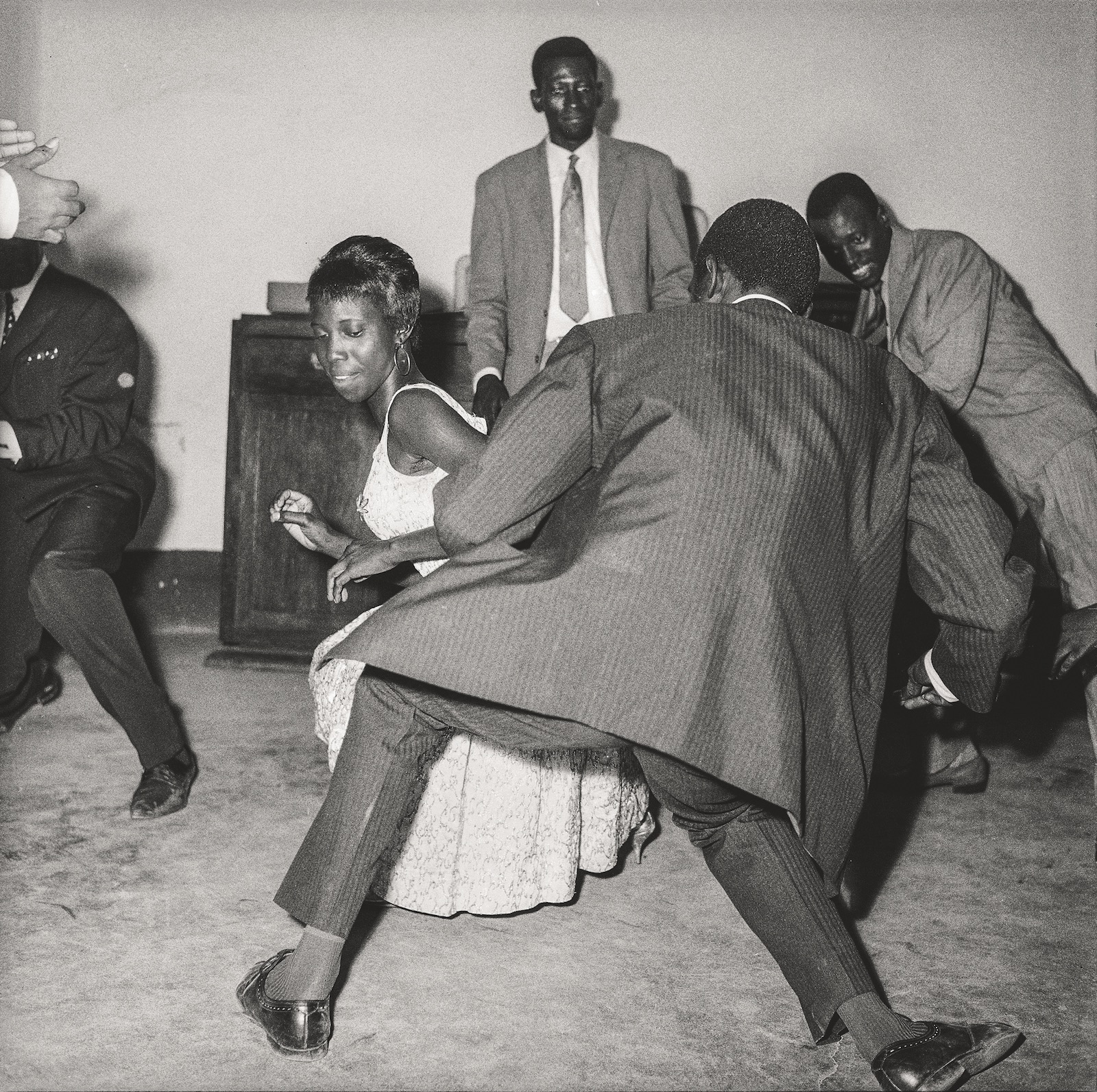 Danser le twist, 1965. Collection Fondation Cartier pour l'art contemporain, Paris © Malick Sidibé Extract from Mali Twist (Éditions Xavier Barral, Fondation Cartier pour l'art contemporain, 2017)