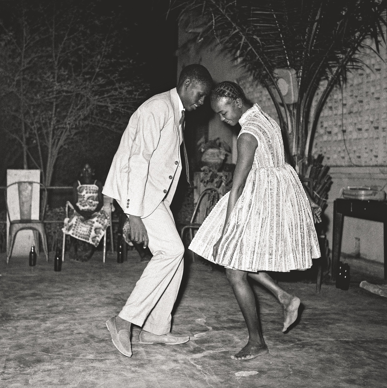 Nuit de Noël, 1963. Collection Fondation Cartier pour l'art contemporain, Paris © Malick Sidibé Extract from Mali Twist (Éditions Xavier Barral, Fondation Cartier pour l'art contemporain, 2017)