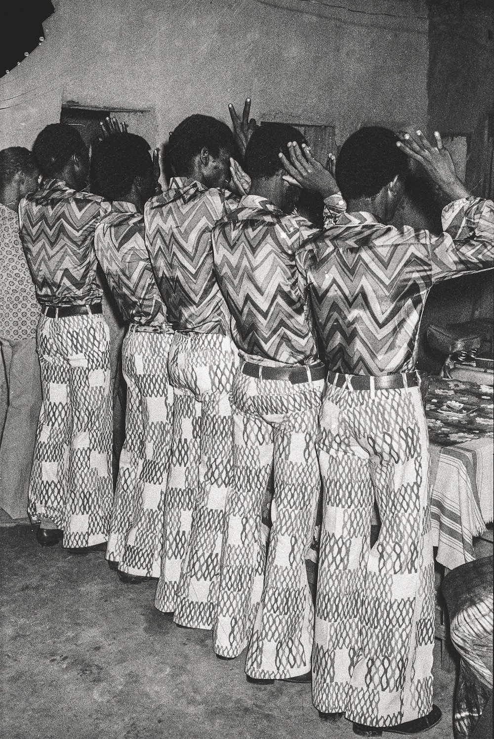 Les amis dans la même tenue, 1972. Collection Fondation Cartier pour l'art contemporain, Paris © Malick Sidibé Extract from Mali Twist (Éditions Xavier Barral, Fondation Cartier pour l'art contemporain, 2017)