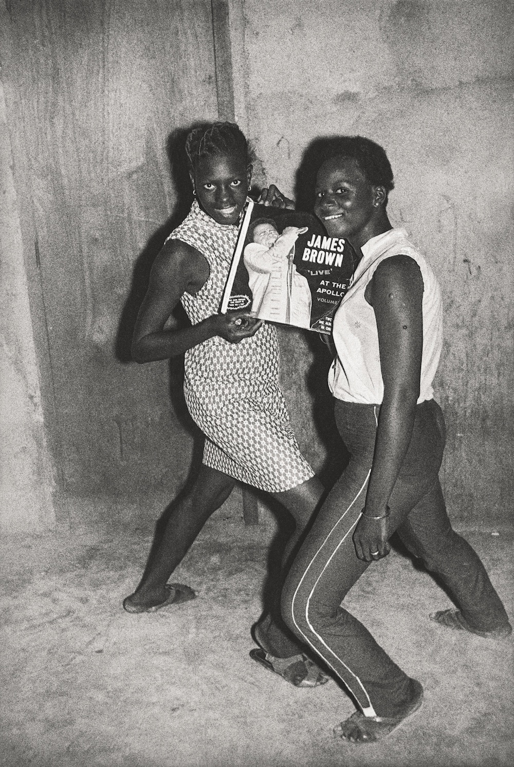 Fans de James Brown, 1965. Collection Fondation Cartier pour l'art contemporain, Paris © Malick Sidibé Extract from Mali Twist (Éditions Xavier Barral, Fondation Cartier pour l'art contemporain, 2017)