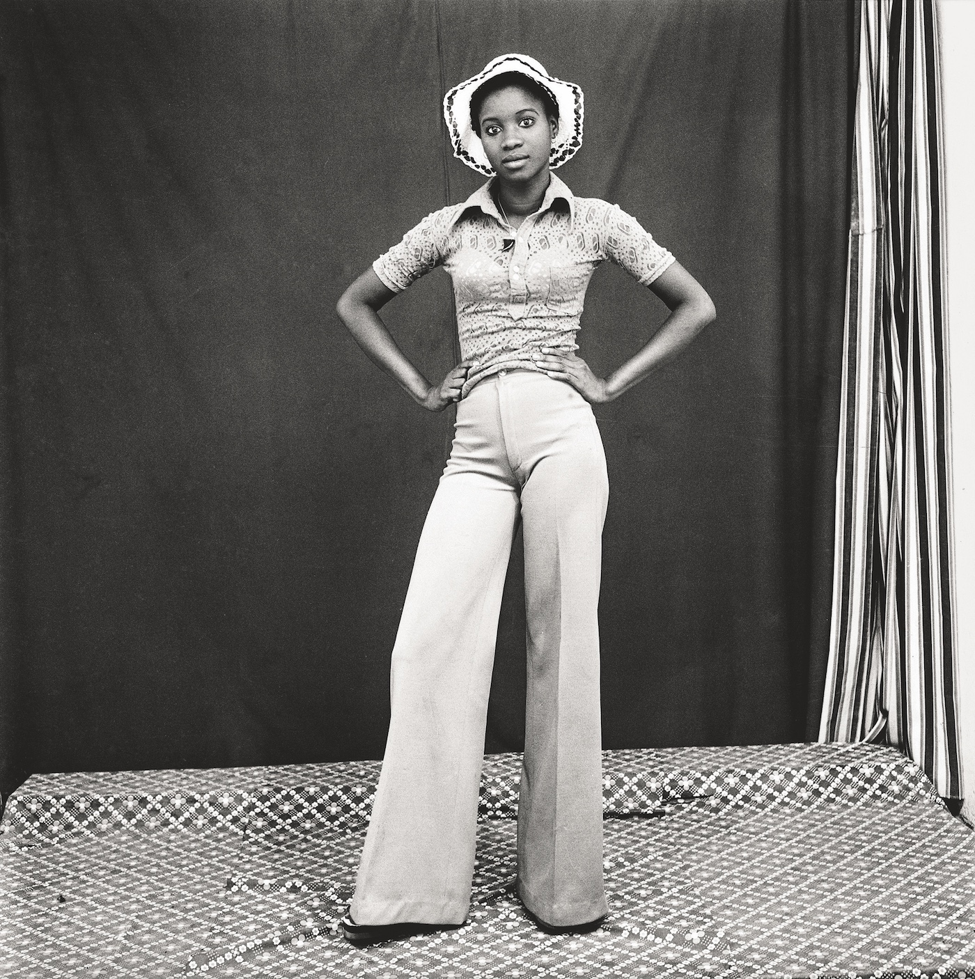 Mon chapeau et pattes d'éléphant, 1974. Collection Fondation Cartier pour l'art contemporain, Paris © Malick Sidibé Extract from Mali Twist (Éditions Xavier Barral, Fondation Cartier pour l'art contemporain, 2017)