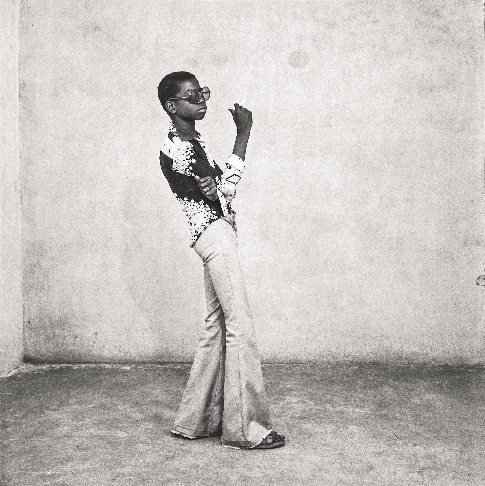 Un yéyé en position, 1963. Collection Fondation Cartier pour l'art contemporain, Paris © Malick Sidibé Extract from Mali Twist (Éditions Xavier Barral, Fondation Cartier pour l'art contemporain, 2017)
