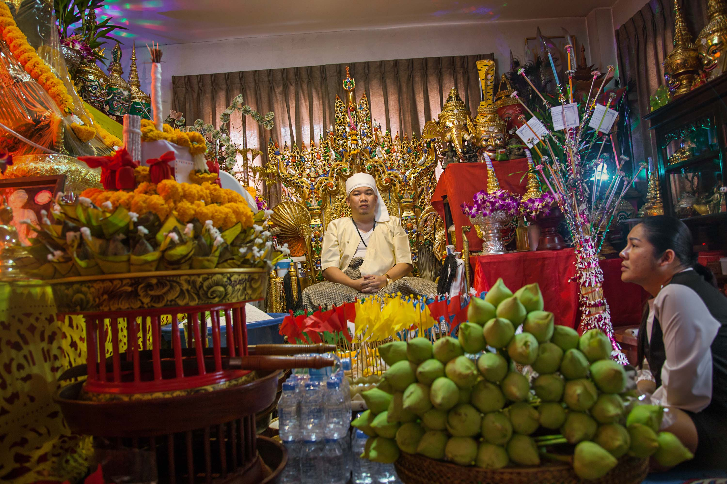 A well-known maa khii is commissioned to perform a series of rituals in the hope that the spirit who possesses him will bring a young man out of a coma. The young man's transgender girlfriend is intensely involved in the ritual. Chiang Mai.