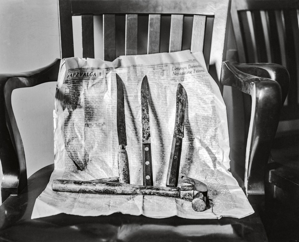 The bloody evidence of a murder spree awaits processing at police headquarters, ca. 1930. Copyright: Cliff Wesselmann Photo Courtesy of Gregory Paul Williams, BL Press LLC / TASCHEN
