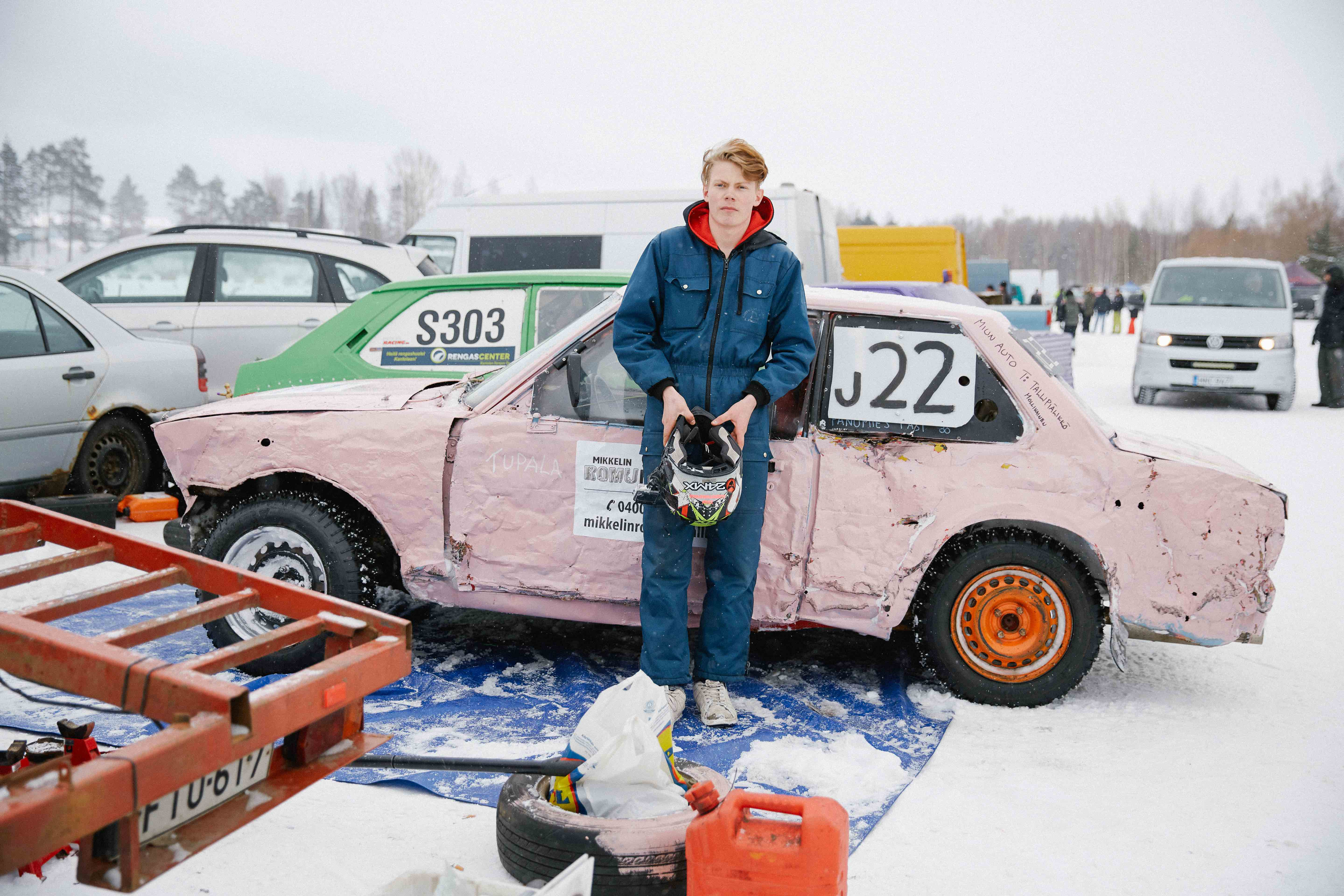 Having been unable to fix his car in time, Eetu borrows another car – affectionately known as 'the pink monster' – before a race.
